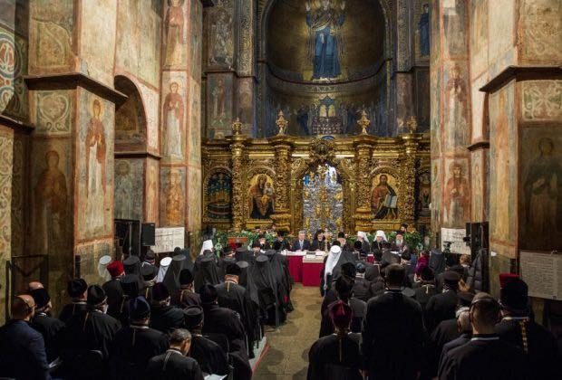 В сети сравнили фото Объединительного собора и собрания у Филарета - новости политики 1