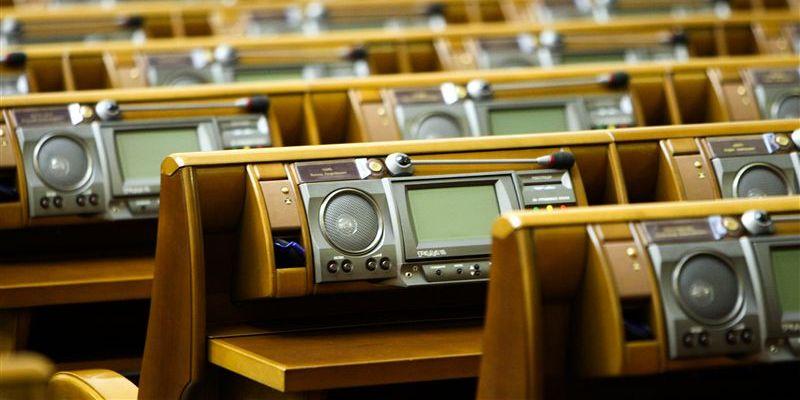 Украинский парламент отстранил от исполнения обязанностей главу МВД В. Захарченко и принял закон, позволяющий освободить экс-премьера Ю. Тимошенко