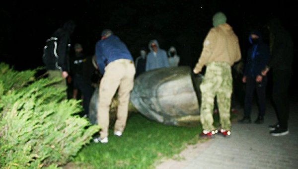 В Харькове члены организации Фрайкор снесли бюст маршала Жукова