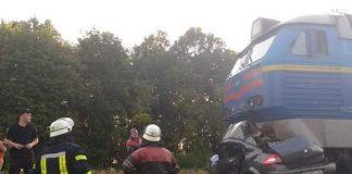 После удара поезд Киев-Бердянск протащил авто еще 1 км: фото