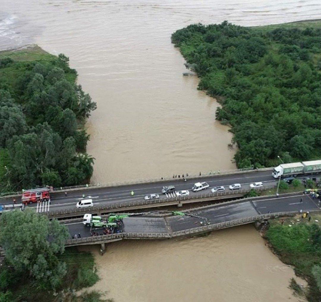 В Турции потоки воды разрушили восемь мостов Фото: СОЦСЕТИ