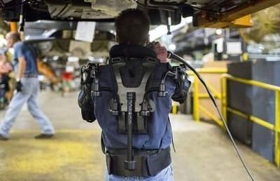 Сотрудники Ford будут собирать автомобили в экзоскелетах