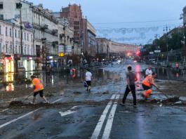 Буря в Киеве превратила Крещатик в большую и затопленную мусорную свалку. Фото
