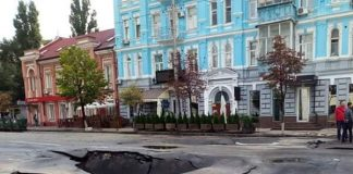 """Потоп в Киеве разрушил асфальт на крупной дороге возле """"Укравтодора"""": в сети показали фото"""