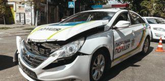В Киеве полицейские разбили о легковушку патрульное авто