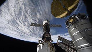Российский космический корабль Союз на фоне нашей планеты