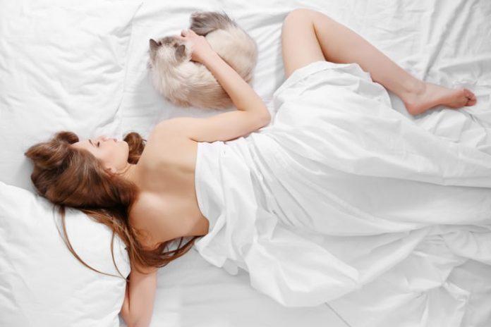 Ученые рассказали, как влияет на здоровье привычка спать голышом