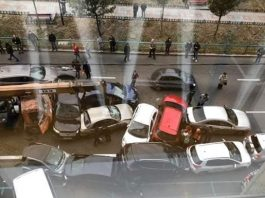 В Киеве кран без тормозов смял десятки авто