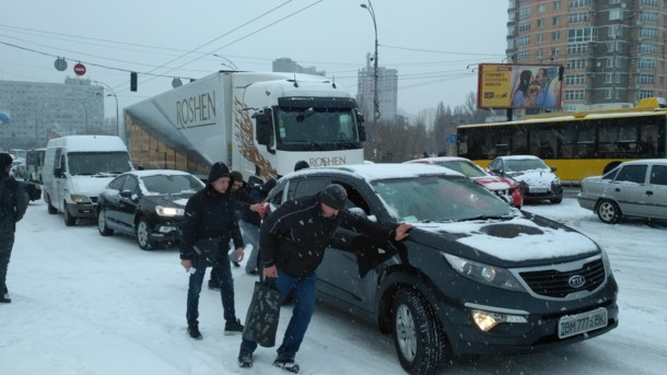 Снегопад в Киеве: дороги усиленно чистят, фуры решили не пускать - СЕГОДНЯ