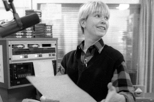 Ведущая Ксения Стриж готовит программу в студии радиостанции «Европа плюс». 1992 г.