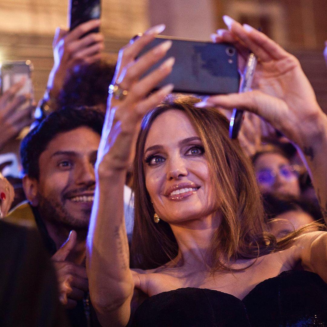 Владычица тьмы: Анджелина Джоли восхитила новым роскошным нарядом и цветущим внешним видом