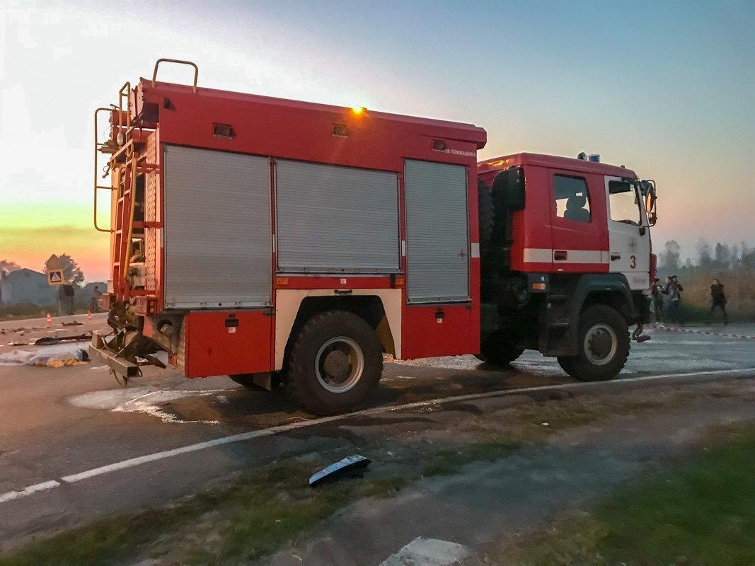 На месте работают спасатели, полицейские и медики