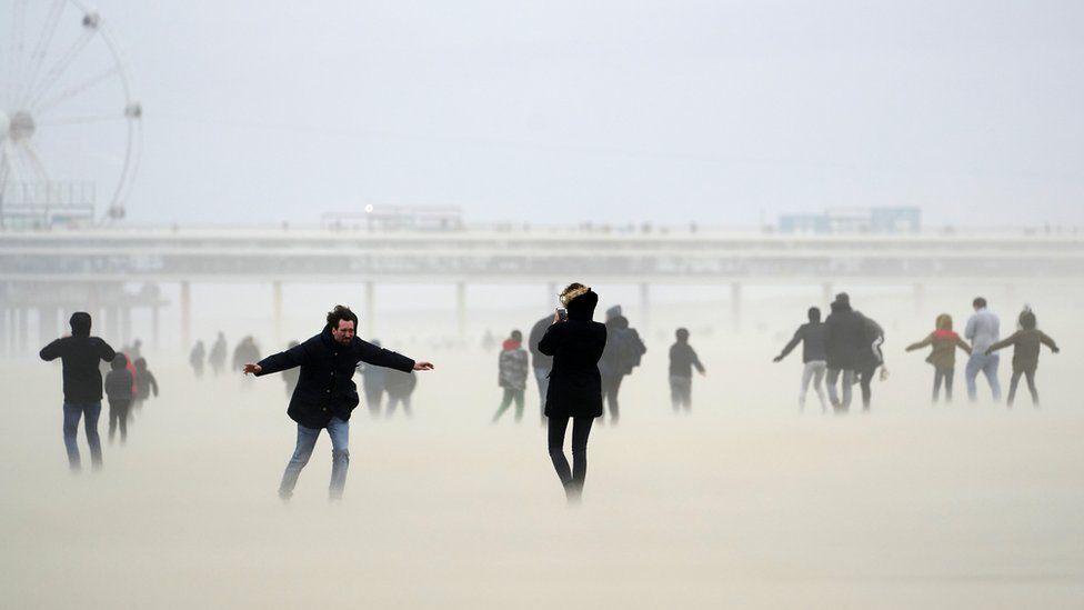 Люди на пляже в Шевенингене, Нидерланды
