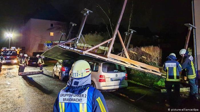 Ветер перевернул автомобильный навес в немецком Бохуме