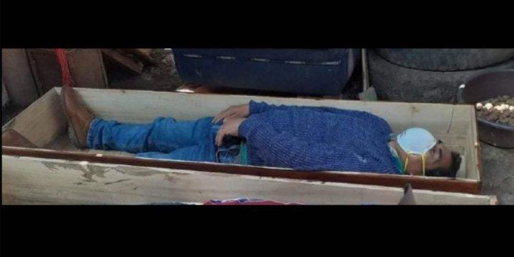 Мэр спрятался от полиции в гробу. Фото: elcomercio.pe