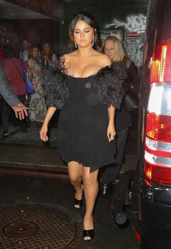 Селена Гомес произвела фурор рискованным нарядом - платье лишь чудом удерживалось на ее пышной груди - фото 1